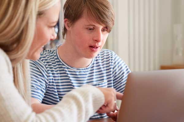 Funktionsvarierad person vid dator